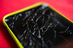Detalle de una pantalla rota del smartphone Imágenes de archivo libres de regalías