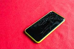 Detalle de una pantalla rota del smartphone Foto de archivo libre de regalías