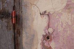 Detalle de una pared con una puerta púrpura cerrada en la isla del goree en Senegal Imágenes de archivo libres de regalías