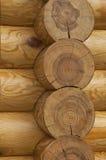 Detalle de una pared de una casa de madera hecha de registros Fotos de archivo