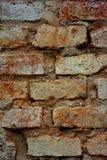 Detalle de una pared de ladrillo que desmenuza Foto de archivo