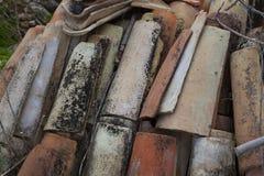 Detalle de una pila de tejas viejas imágenes de archivo libres de regalías