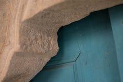 Detalle de una puerta azul de un monasterio, el color de la madera pl Fotos de archivo libres de regalías