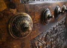 Detalle de una puerta de madera vieja con el botón grabado fotos de archivo libres de regalías