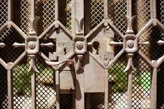 Detalle de una puerta muy adornada del metal fotos de archivo libres de regalías