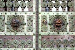 Detalle de una puerta vieja del metal Imagen de archivo