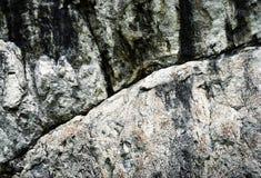 Detalle de una roca de la piedra caliza con una línea Imagen de archivo