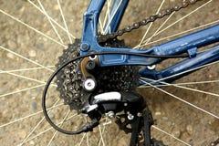Detalle de una rueda de bicicleta con los rayos, la cadena y el eje del cambio de marchas foto de archivo libre de regalías