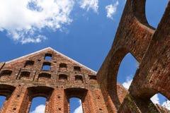 Detalle de una ruina del monasterio de la albañilería del ladrillo contra el cielo azul Fotografía de archivo libre de regalías