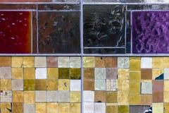 Detalle de una ventana colorida manchada Fondo abstracto de la textura imagenes de archivo