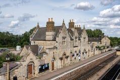 Detalle de una vieja y abanonded estación de tren vista así como su plataforma y vías ferroviarias Fotos de archivo