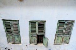 Detalle de ventanas viejas, ciudad de piedra, Zanzibar imágenes de archivo libres de regalías