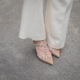 Detalle de zapatos femeninos fuera del edificio del desfile de moda de Gucci para M Foto de archivo libre de regalías