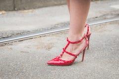 Detalle de zapatos femeninos fuera del edificio del desfile de moda de Gucci para M Imagen de archivo libre de regalías