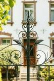 Detalle decorativo de la puerta del hierro del vintage fotografía de archivo