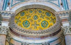Detalle del ábside del panteón Ventanas viejas hermosas en Roma (Italia) fotos de archivo libres de regalías