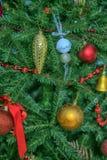 Detalle del árbol de navidad con las bolas Fotografía de archivo