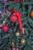 Detalle del árbol de navidad con las bolas Fotos de archivo libres de regalías