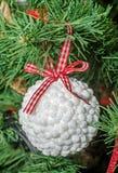 Detalle del árbol verde de la Navidad (Chrismas) con los ornamentos coloreados Imágenes de archivo libres de regalías