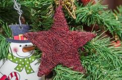 Detalle del árbol verde de la Navidad (Chrismas) con los ornamentos coloreados Fotos de archivo