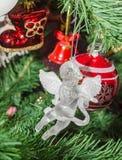 Detalle del árbol verde de la Navidad (Chrismas) con los ornamentos coloreados, globos, estrellas, Santa Claus, muñeco de nieve Imagen de archivo libre de regalías