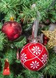 Detalle del árbol verde de la Navidad (Chrismas) con los ornamentos coloreados, globos, estrellas, Santa Claus, muñeco de nieve Foto de archivo libre de regalías