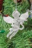 Detalle del árbol verde de la Navidad (Chrismas) con los ornamentos coloreados, globos, estrellas, Santa Claus, muñeco de nieve Imágenes de archivo libres de regalías