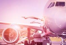 Detalle del aeroplano en la puerta terminal antes del despegue Fotografía de archivo libre de regalías