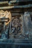 Detalle del alivio tallado en Prambanan Java, Indonesia Imágenes de archivo libres de regalías