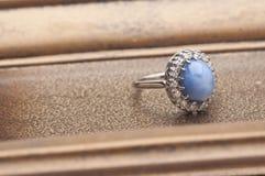 Detalle del anillo del zafiro Fotos de archivo