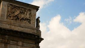 Detalle del arco de Constantina, arco triunfal cerca del Colosseum en el centro de Roma almacen de metraje de vídeo