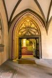 Detalle del arco de la piedra arenisca en claustro de la iglesia del St Stephan Imágenes de archivo libres de regalías
