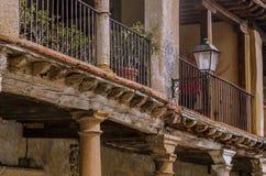 Detalle del balcón en el pueblo medieval del ³ n de Ayllà españa foto de archivo