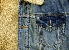 Detalle del bolsillo de la chaqueta del dril de algodón con textura de la piel de las ovejas fotos de archivo