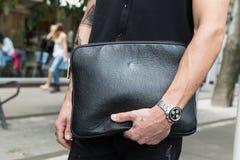 Detalle del bolso durante la semana de la moda de Milan Men Imagenes de archivo