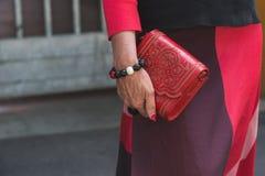 Detalle del bolso fuera del edificio del desfile de moda de Armani para Milan Men Foto de archivo libre de regalías