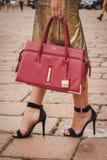 Detalle del bolso y zapatos fuera de los desfiles de moda de Cavalli que construyen para la semana 2014 de la moda de Milan Women Imágenes de archivo libres de regalías