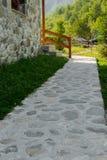 Detalle del camino de piedra delante de la casa de piedra fotografía de archivo libre de regalías
