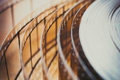 Detalle del carrete de la película de cine, cierre desenrollado de la película para arriba Fotografía de archivo