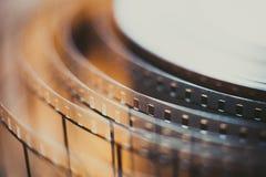 Detalle del carrete de la película de cine, cierre desenrollado de la película para arriba Fotos de archivo