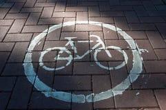 Detalle del carril de bicicleta del borde de la carretera Imágenes de archivo libres de regalías