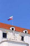 Detalle del castillo de Bratislava e indicador eslovaco Fotografía de archivo