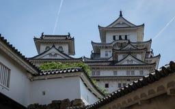 Detalle del castillo, de la torre, del fuerte y de las paredes de Himeji en un claro, día soleado Himeji, Hyogo, Jap?n, Asia imagen de archivo libre de regalías