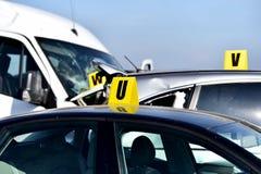 Detalle del choque de coche con el automóvil dañado imagenes de archivo