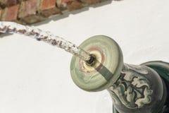 Detalle del chorro de agua que cae en una piscina, visto de bramido Fotografía de archivo