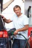 Detalle del coche de relleno del motorista masculino con diesel imagenes de archivo