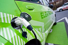 Detalle del coche ecológico que reaprovisiona de combustible, enchufado Fotos de archivo