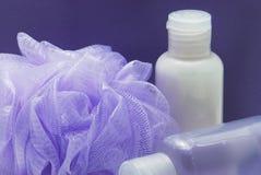 Detalle del conjunto de la ducha del lila Fotos de archivo