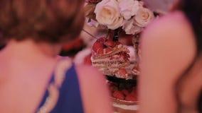 Detalle del corte del pastel de bodas por el pastel de bodas de los recienes casados almacen de metraje de vídeo