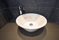 Detalle del cuarto de baño con el lavabo de colada de mármol redondo Foto de archivo libre de regalías